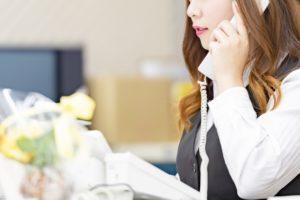 座り仕事の女性の画像